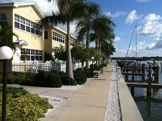 Waterfront Condo - Walk to beach! - Indian Shores - Kondominium