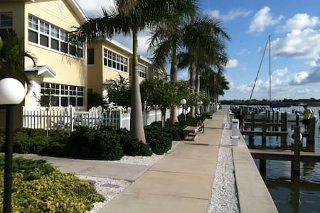 Waterfront Condo - Walk to beach! - Indian Shores - Lejlighedskompleks