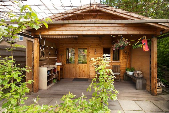 Tiny House van Hout in een groene tuin