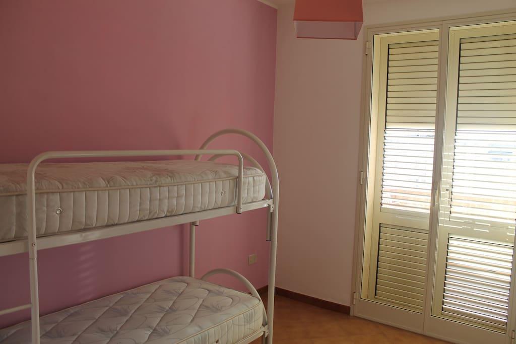 Camera doppia con accesso ad ampia veranda singola che si compone di lavatoio e ampio spazio per stendere la biancheria.