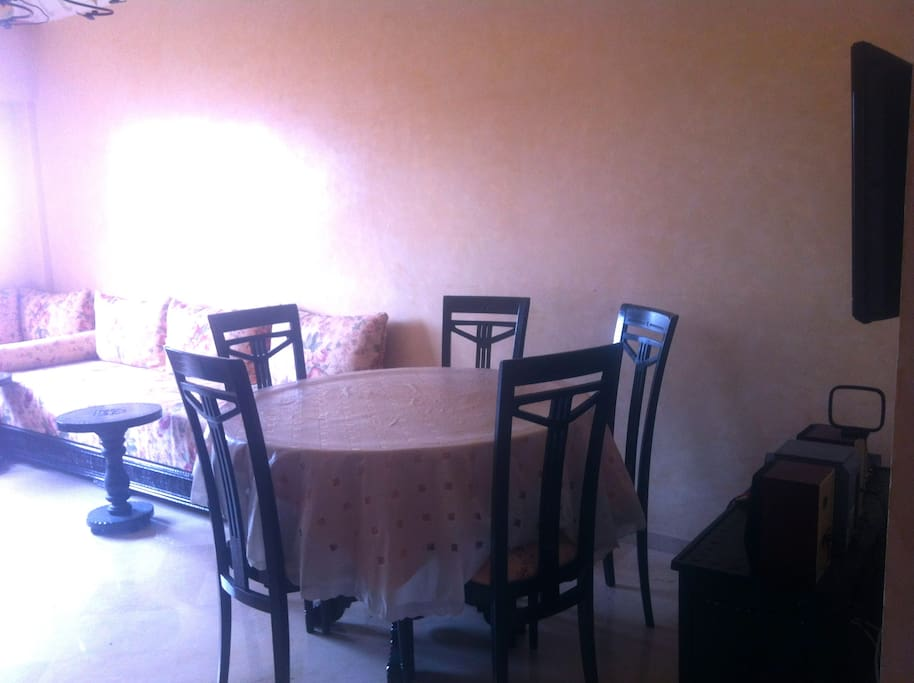 Living room with diner table / Salon avec table a manger