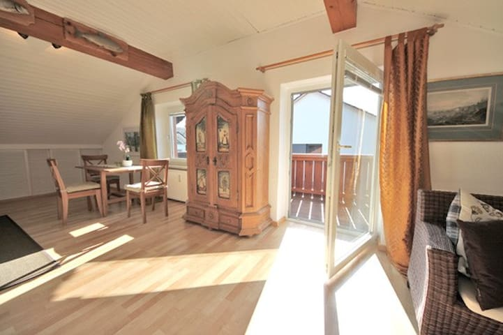 Beautiful top floor apartment - Feldafing - Apartment