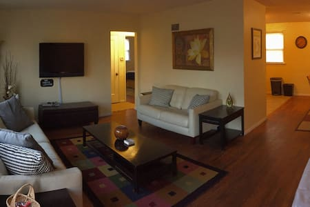 Bright, Cozy Ranch Near Delmar Loop - University City - Huis
