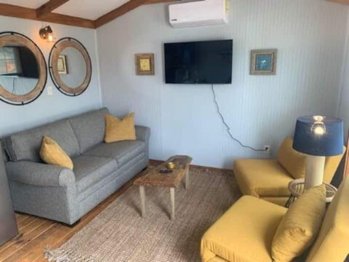 The Salty Seahorse Cottage 3 (pet friendly)