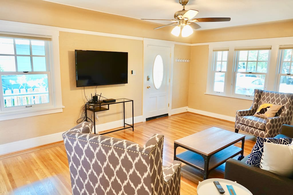 """Large Living Room with 50"""" Cable TV + Chromecast"""