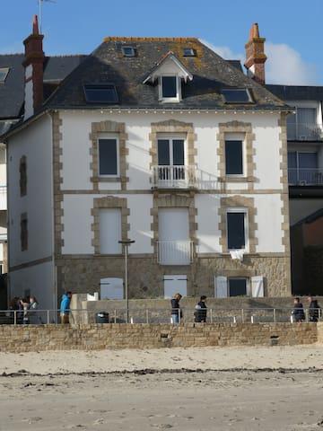 Studio Vue Mer Accès direct Plage Terrasse Parking