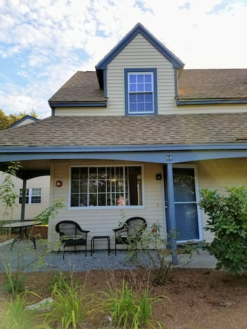 Bright comfortable townhouse near Lowell and NH
