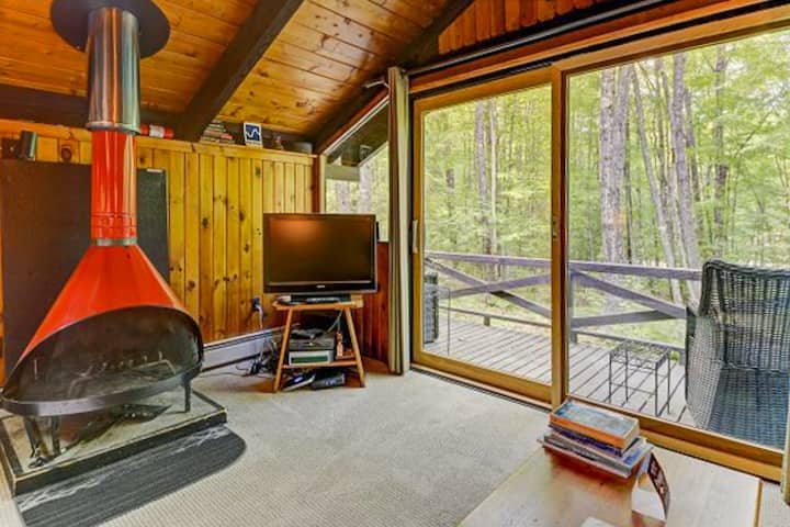 Two-story retreat w/furnished deck, free WiFi, washer/dryer, gas grill - Dogs ok