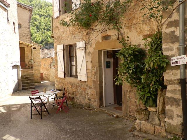 Maison de village typique proche viaduc de Millau