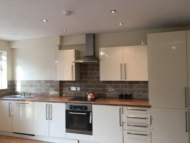 A Spacious 4 bedroom house close to London city