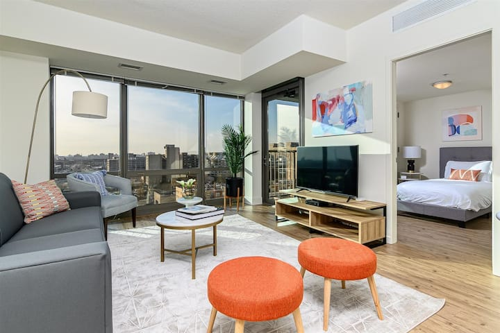Kasa Chicago | Modern 1BD/1BA + Den, Walk to Museum Campus | South Loop