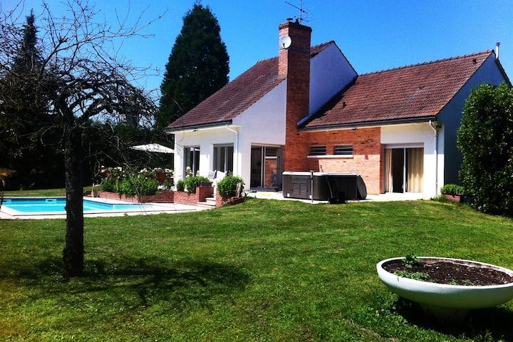 Villa avec piscine et jacuzzi à 100 kms de Paris