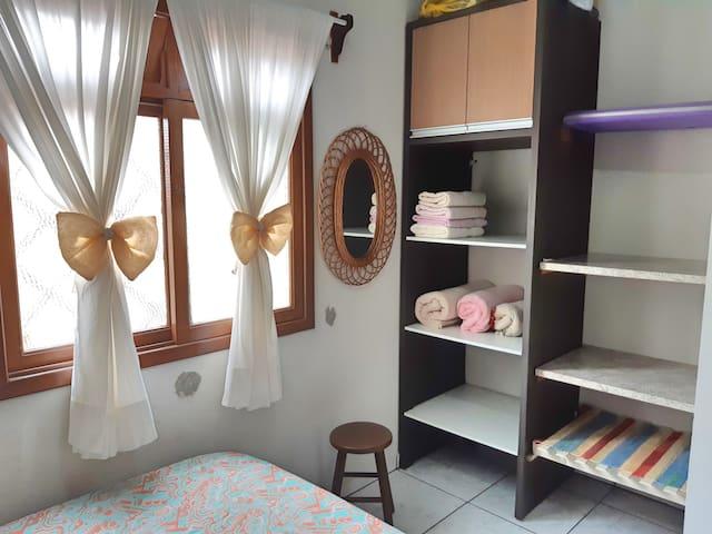 Quarto A - Possui armário para o hóspede guardar seus pertences, oferecemos toalha de banho e cobertas.