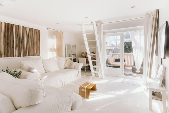 Sunny, Charming, Townhome Loft - A Kitsilano Oasis