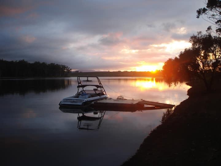 The Lakehouse - Lake Tinaroo Waterfront Getaway