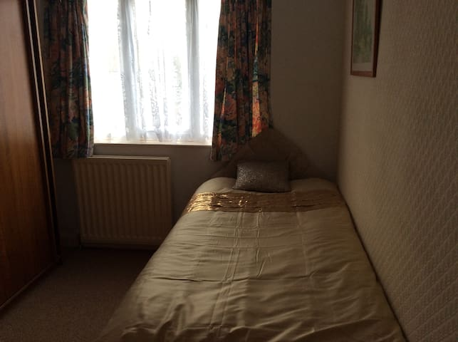 Single Room, Buses 5 & 6, Parking, Wi Fi & Shops