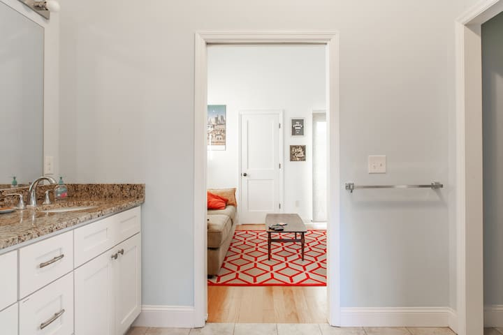 Private Neighborhood Suite close to Downtown/GWCC
