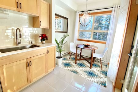 Eco-Luxe: Serene Mountain View Apt w/Lovely Patio