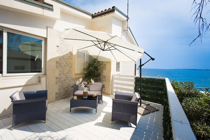 Aretusa Apt. in Villa Amateia, frontbeach Syracuse - Punta Milocca - Apartment