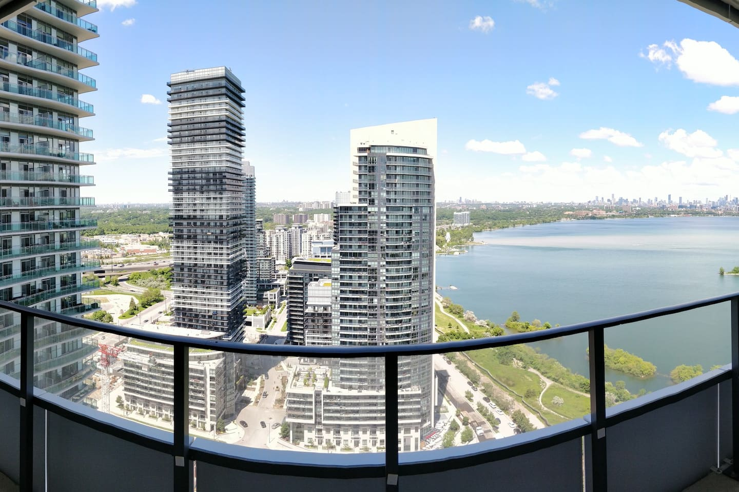 Take in all Toronto has to offer from your Sea to Skyline view