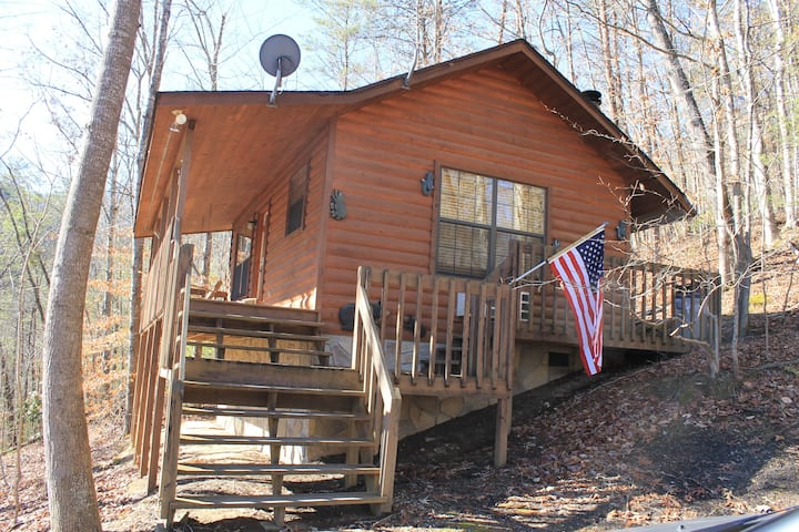 *Special* Secluded Cabin /w Hot Tub & Fireplace!