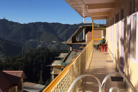 Family Suite with Balcony View - Shimla - Luontohotelli