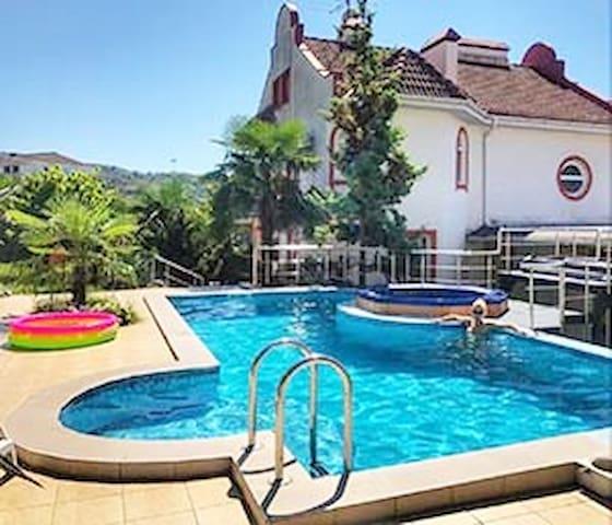 """Дом """" HHSochi """" с баней, бассейном, джакузи."""