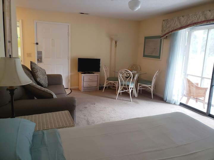 Mini Suite on golf course - 2 minutes from beach