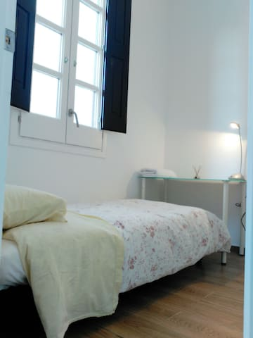 Lovely room in new apartment (fantastic location) - Barcelona