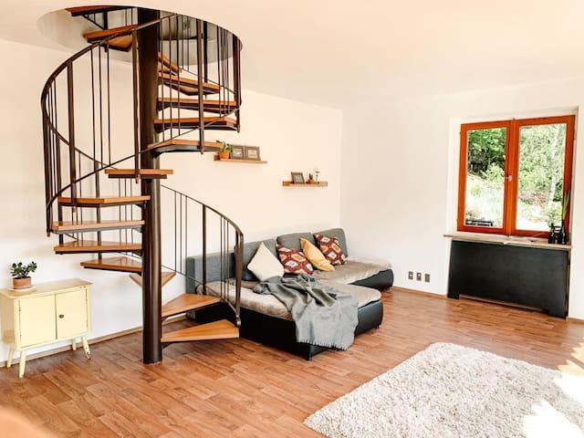 Wohnzimmer mit Couch / Schlafcouch bei Bedarf (mehr als 7 Gäste)