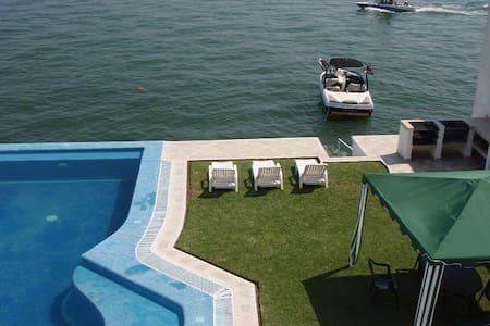 Lujosa Casa en el Lago de Tequesquitengo hasta 21p