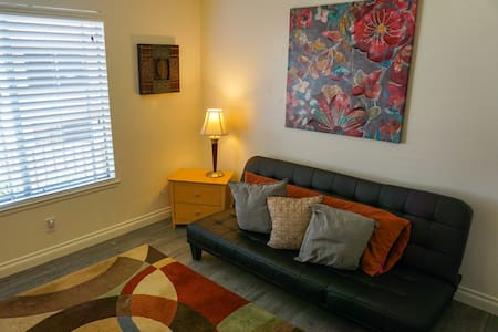 Private room with desk workspace, and parking spot - Port Hueneme - Wohnung