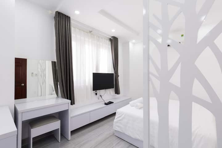 Central room and quiet area and 10 mins to airport