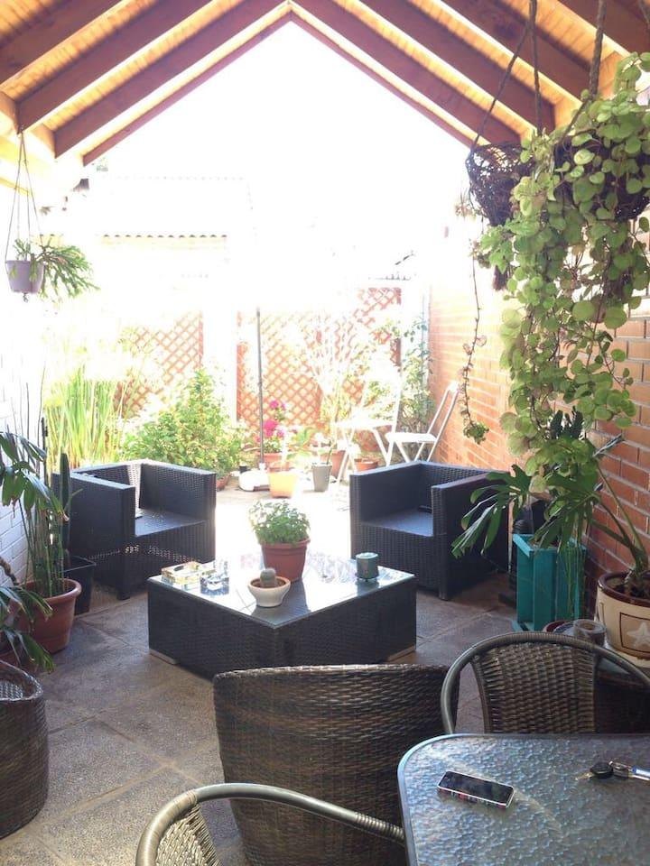 Terraza de la casa , ideal para compartir o leer .