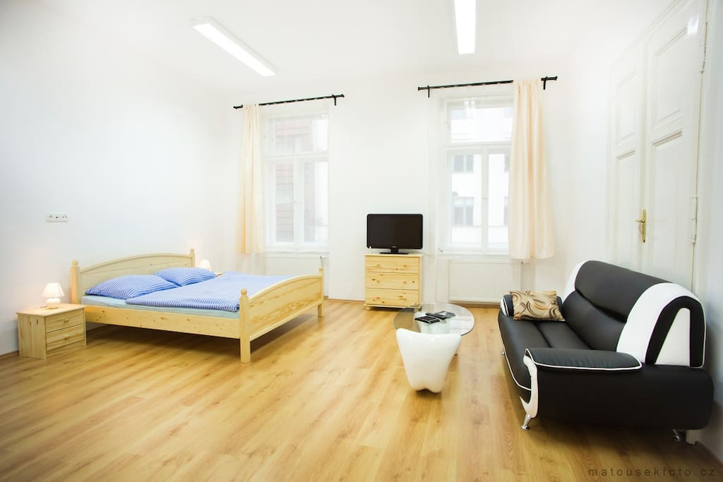 Room 1: Kings bed (180 x 200 cm), Sofa, TV