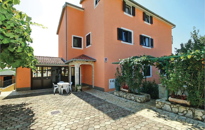 Stunning home in Zbandaj with WiFi and 2 Bedrooms