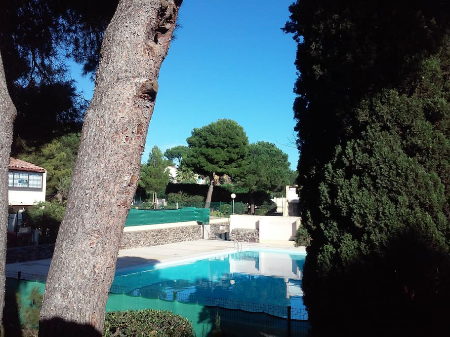 Vue de la piscine depuis l'appartement