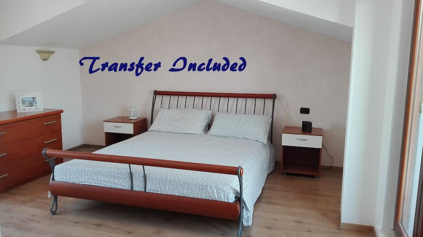 Stunning, wide room with airport transfer included - Ciampino - Casa