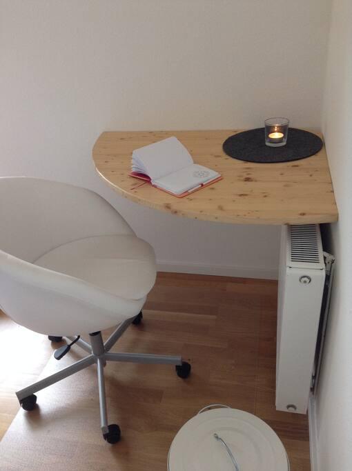 Ein kleiner Arbeitsplatz steht zur Verfügung