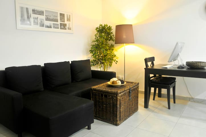 Modern flat + Private Bathroom by Airport/Centre.