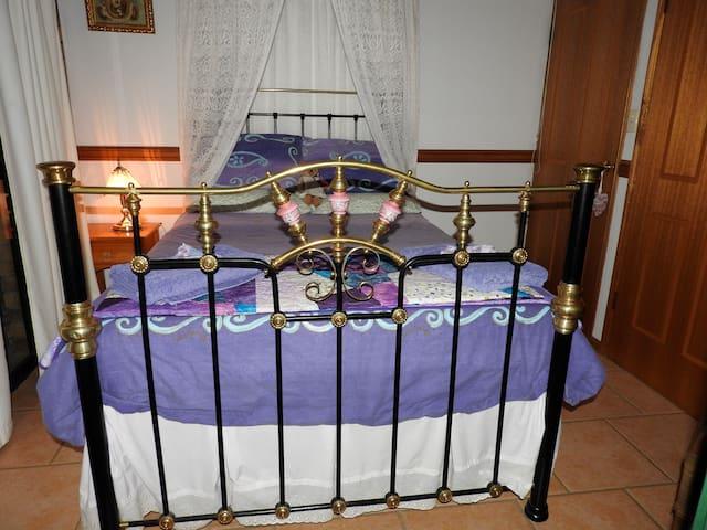 Twilight Grove Farm Bed & Breakfast - Peacock Room - Redbank Creek - Bed & Breakfast