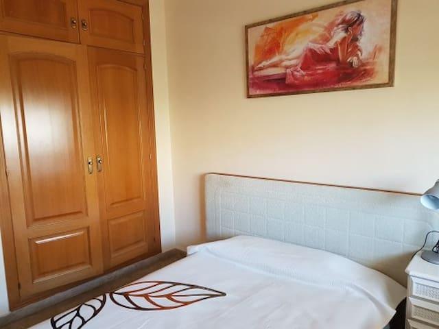 Alquilo habitación en marbella.la playa a 5 min.