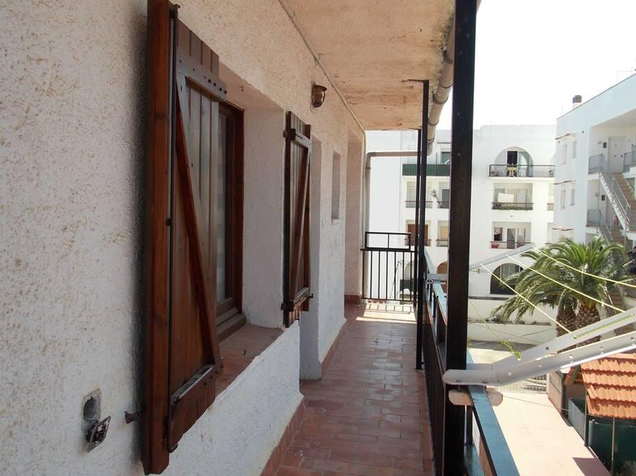 Couloir d'accès extérieur, fenêtre de la chambre double
