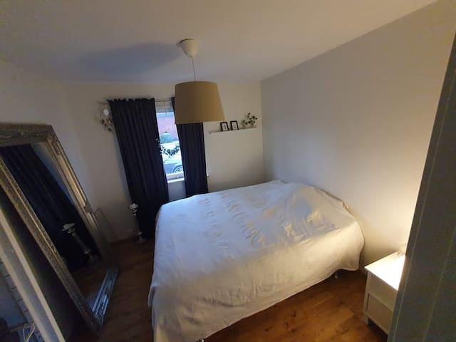 Gästrum 2- nyrenoverat, med spegel, garderob och en 160 cm säng.