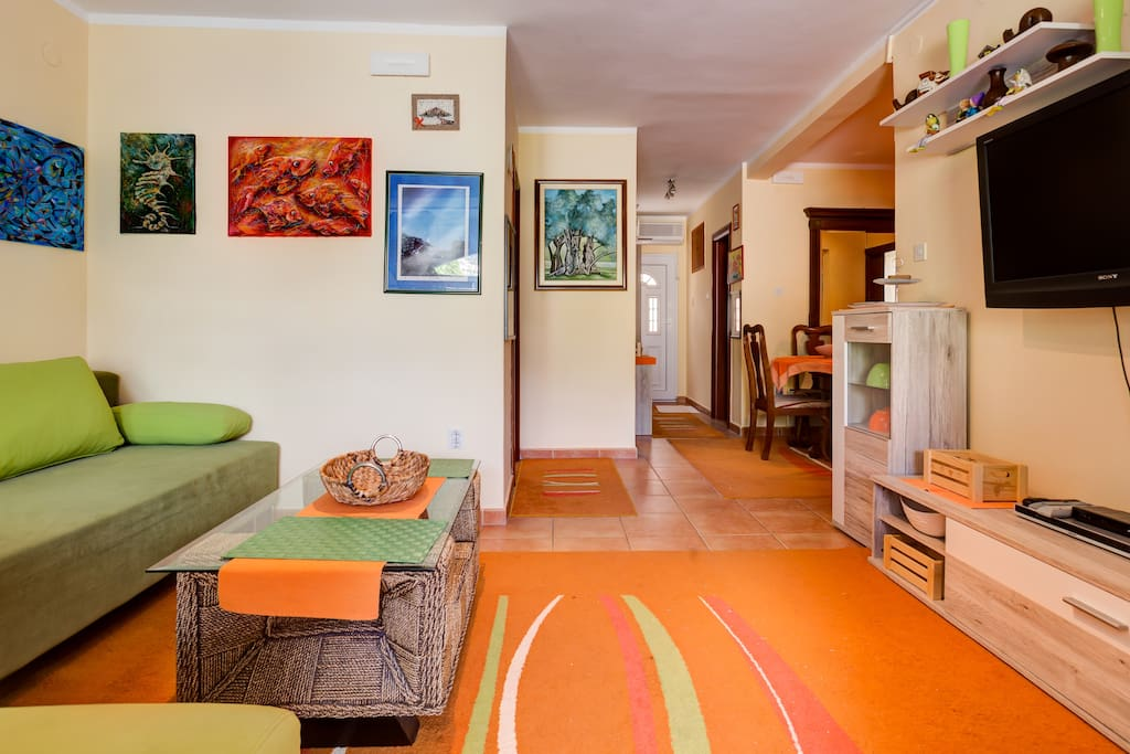 This apartment contains all the elements to make your stay pleasant. This is a living room that is equipped with modern furniture and private entrance. You will enjoy the warmth and joy of the colors this apartment has.