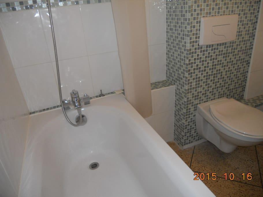 salle de bain neuve, propre et moderne.