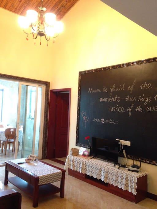 客厅。您可以在墙上黑板写字画画