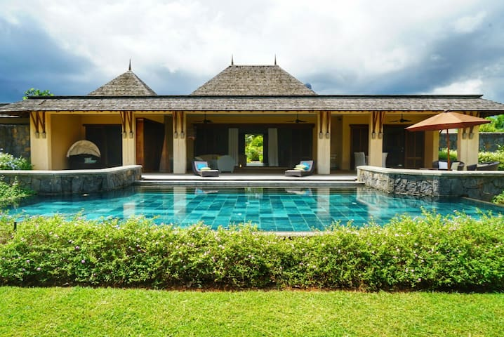 50% off Luxury 4 br villa on a golf estate Tamarin
