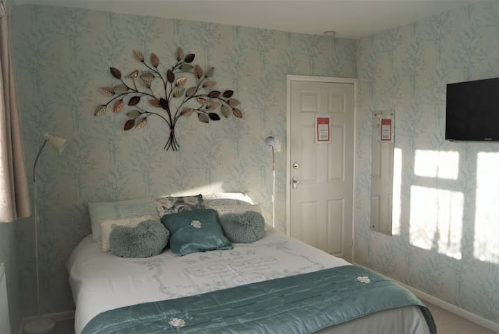 Fresh, airy Double/Twin room.  Christchurch, UK.