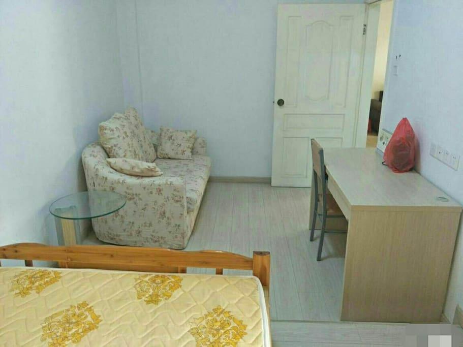 房间书桌和沙发